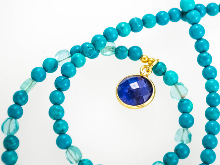Turquoise necklace with Sapphire pendant, 46 cm length, 18 kt gold clasp