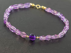 Amethyst bracelet with Diamonds 0.1 carat totral weight, 19.5 cm length, 18 kt gold clasp - 19,5cm