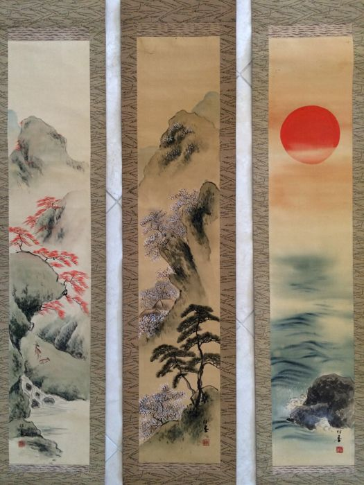 Triple handpainted hanging scroll - Deer, cherry trees/pine and the rising sun, incl original wooden box - signed and sealed - Japan - early 20th century