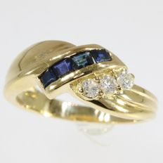 Yellow gold ring 18 kt  with diamonds and sapphires - 4,40 gram - anno 1980