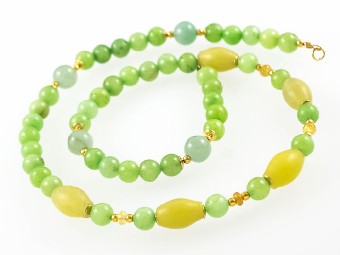 Jade necklace with yellow Sapphires, 44 cm length, 18 kt gold clasp