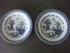 A pair of porcelain floral plates - China - 18th century