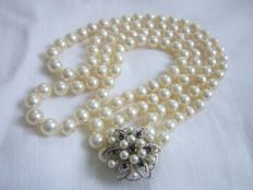 Akoya cultured pearl necklace with large shortening clutch with sapphires and pearls, made of 585 white gold