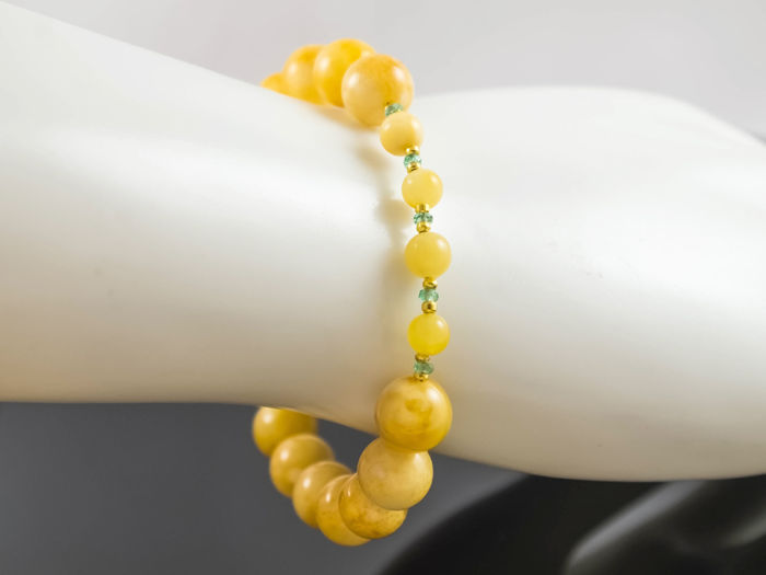 Baltic amber bracelet with Emeralds, 19.5 cm length, 18 kt gold clasp