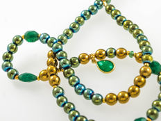 Hematite necklace with Emeralds, Jade and emerald green onyx pendant, 45.5 cm length, 18 kt gold clasp