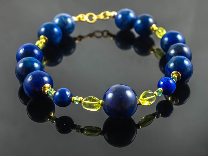 Lapis lazuli bracelet with Emeralds and vivid green Peridot, 20 cm length, 18 kt gold clasp