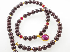 Pyrope Garnet necklace with Rubies and Ruby pendant, 46.5 cm length, 18 kt gold clasp