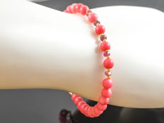 Pink coral bracelet with pink Sapphires, 20 cm length, 18 kt gold clasp