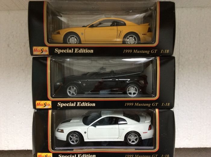 Maisto - Scale 1/18 - Lot with 3 models: 1999 Mustang GT Coupe, 1999 Mustang GT Covertible & 1999 Mustang GT 35 anniversary