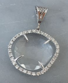 Pendant in 18 kt white gold with rock crystal surrounded by diamonds 0.33 ct – 30 x 22 mm