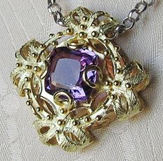 Pendant with amethyst set in 18 kt yellow gold Dimensions: 28 x 28 mm - 6.6 grams