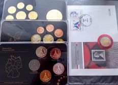 "Europe – Specimen sets (Gold plated) + 2 Euro Numi ""Grace Kelly"" coloured"