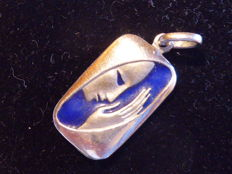 Pendant in 18 kt white gold — designed by Ottaviani — depicting the Madonna in blue enamel — 2.5 × 1.1 cm