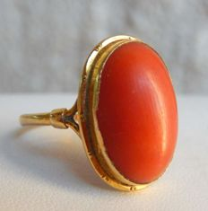 Ring with nice coral cabochon, 18 kt yellow gold No reserve price