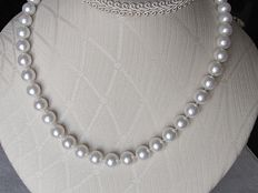 Necklace of cultured, fresh-water pearls, diameter 11mm