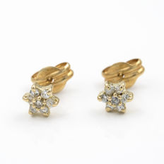 18 kt gold – Earrings – Diamonds – Diameter:  5.20 mm.