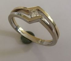 White and yellow gold 14 kt ring with a brilliant diamond 0.18 ct VSI/Wesselton, size: 20  (63)