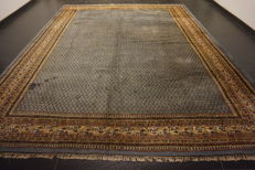 Beautiful hand-knotted oriental carpet, Sarouk Mir, 300 x 385 cm. Made in India at the end of the 20th century.
