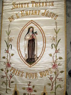 Rare banner procession representing St Thérèse of the child Jesus. France. Early 1900s. Silk and satin.