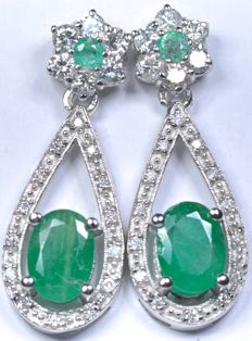18 kt white gold earrings with 40 diamonds totalling 0.53 ct (GH-SI) and four natural emeralds totalling 1.80 ct.  Length: 25.00 mm. No reserve price.