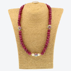 18k/750 yellow gold necklace with rubies, cultured pearls and porcelain - Length, 52 cm.
