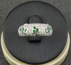 18 kt white gold ring with luck clover design – Brilliant cut diamonds of 1.30 ct – Round cut emeralds of 0.30 ct – Size 13 (Spain)