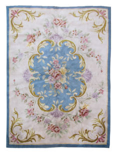 Large and beautiful, prestigious handmade French Savonnerie d'Aubusson carpet: 254 x 356 cm.