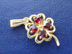 Four-leaf clover lucky charm pendant in 18 kt yellow gold With 4 garnets