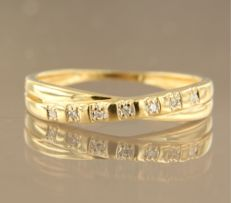 18 kt bi-colour gold ring, set with 7 single cut diamonds of approx. 0.03 ct in total, ring size 17.25 (54)