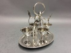 Four silver plated egg cups and -spoons in a silver plated mounting, England, ca. 1890