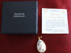 Egg pendant Franklin mint, with the style of Faberge egg, 1984+ porcelain and decorated with 24k gold COA