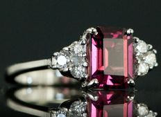 2.51 ct Ring with raspberry tourmaline and diamonds - no reserve price -