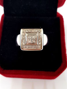 Square signet ring with diamonds – Size: ES 14 – 18 kt white gold – Weight: 22.7 g – Diameter: 19.5 mm – Size: ES 14 – Width and length: 12 x 12 mm.
