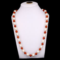 18k/750 yellow gold necklace with South-east Asia cultured pearls and coral – Length, 57 cm