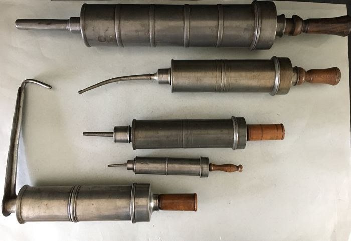 5 medical pewter syringes varying between 26 and 60 cm, all of them functioning and have their original plungers, origin: France, Avignon among others, 19th century