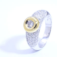 Bi-colour 18 kt gold ring – 0.82 ct in total, centre stone 0.25 ct Si1/H – Ref: 1615LUTSD
