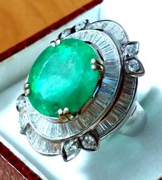 Gold ring with emerald, 7.20 ct, and diamonds, 5.50 ct.