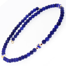 18k/750 yellow gold necklace with sapphires, rubies and porcelain beads - Length, 59 cm.
