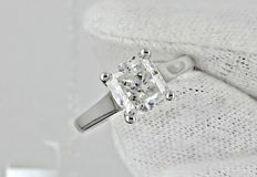 2.12 ct radiant diamond ring made of 14 kt white gold - size 7.5