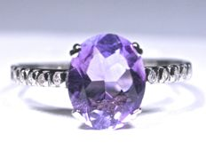 18 kt   White gold ring with 10 diamonds (GH-SI) and oval cut amethyst.  Total: 1.33 ct  Interior: 17.50 mm No reserve price.