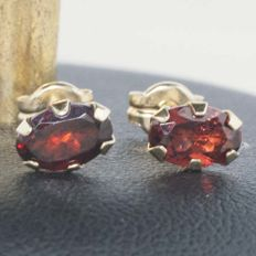 Earrings with garnets cut and set by hand in 18 kt gold, 1.0 ct