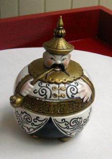 Porcelain pot lid chinese with opium pipe.