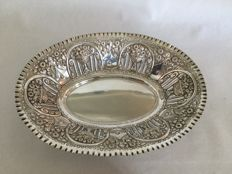 Large silver bread basket, richly decorated with flowers on a vase - Jose A. Agruña - from 1884 to 1934 - Madrid - Spain