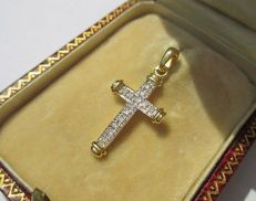 Gorgeous cross in 18 kt gold with diamonds