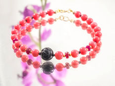 Pink Coral bracelet with carved Onyx, Spinel and Rubies, 19.5 cm length, 18 kt gold clasp