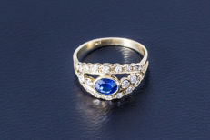 Gold ring made of 750 yellow gold with central sapphire (oval-cut) flanked by 22 diamonds (brilliant-cut) approx. 0.74 ct.