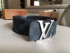 Louis Vuitton - 40 mm reversible belt.