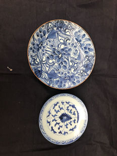 A pair of blue-white porcelain plates - 18th and 19th century