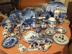 Various Delft Blue items (35)