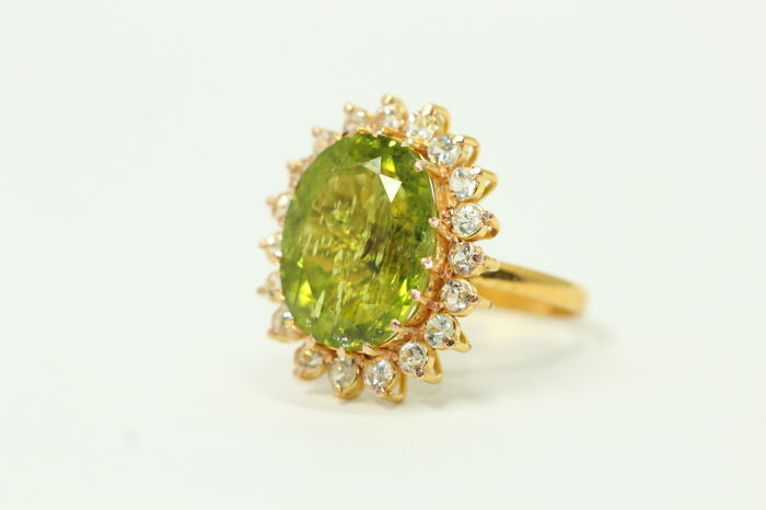 18k gold ring set with peridot and white sapphires - Size 52 ***No Reserve Price***